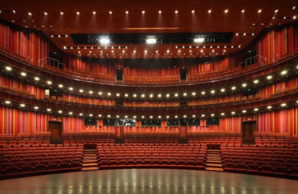 """本文简要介绍中国国家大剧院戏剧场舞台灯光设计。  一、项目背景: 中国国家大剧院是中国政府面向21世纪投资兴建的大型现代化文化设施,被称为""""中国第一艺术殿堂""""。总建筑面积约21.75万平方米(包括地下车库近4.66万平方米),其中主体建筑10.5万平方米,地下附属设施6万平方米。地处北京市心脏地带,西长安街沿线,与人民大会堂和天安门广场相邻。 国家大剧院主体建筑由外部围护结构和内部歌剧院、音乐厅、剧场和相应的艺术展廊、表演艺术研究交流部、艺术商店、快餐厅、咖啡厅和地下停车场等配套设施组成。在地面层坐落"""